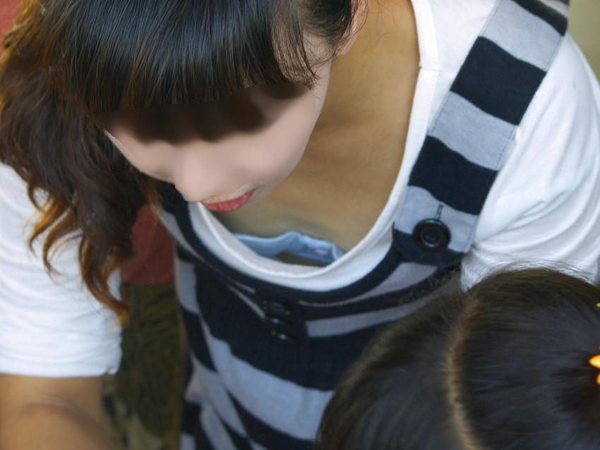 【胸チラエロ画像】素人女性の胸チラをこっそりと盗撮w意外と美乳が多くて勃起不可避wwww 38