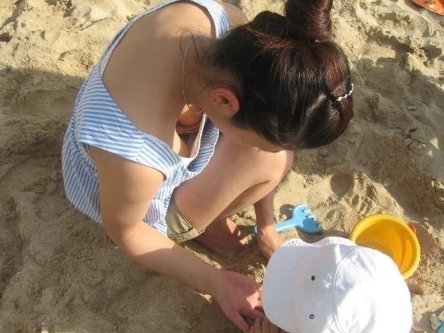 【胸チラエロ画像】素人女性の胸チラをこっそりと盗撮w意外と美乳が多くて勃起不可避wwww 43