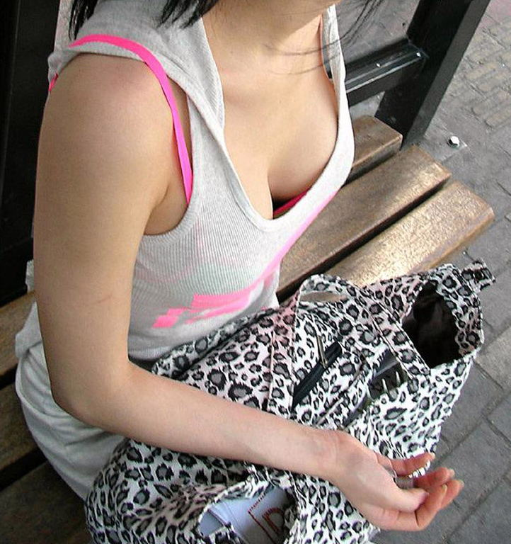 【胸チラエロ画像】素人女性の胸チラをこっそりと盗撮w意外と美乳が多くて勃起不可避wwww 48