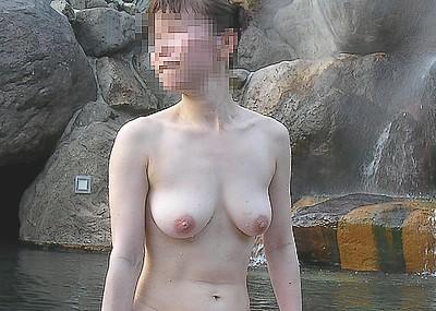 【女風呂エロ画像】素人女性が露天風呂などに入って寛いでいる姿がエロ過ぎて勃起不可避wwww