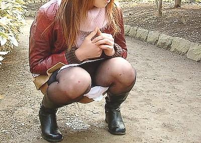 【野外放尿エロ画像】素人女性が色んな場所でオシッコを漏らしている画像がエロ過ぎwww