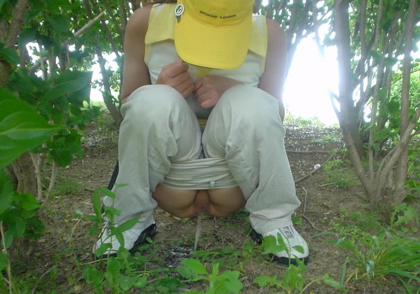 【野外放尿エロ画像】素人女性が色んな場所でオシッコを漏らしている画像がエロ過ぎwww 06