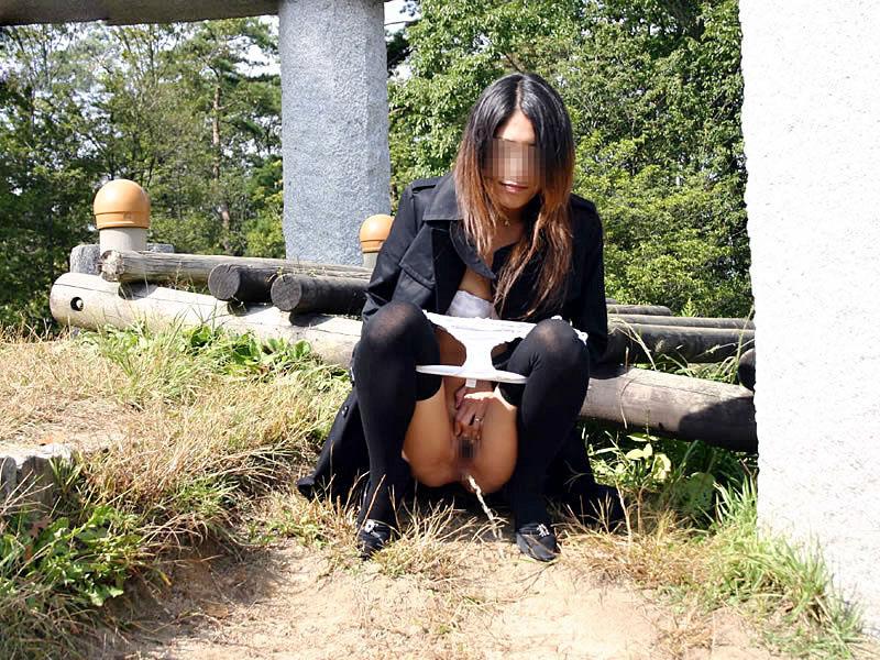 【野外放尿エロ画像】素人女性が色んな場所でオシッコを漏らしている画像がエロ過ぎwww 07