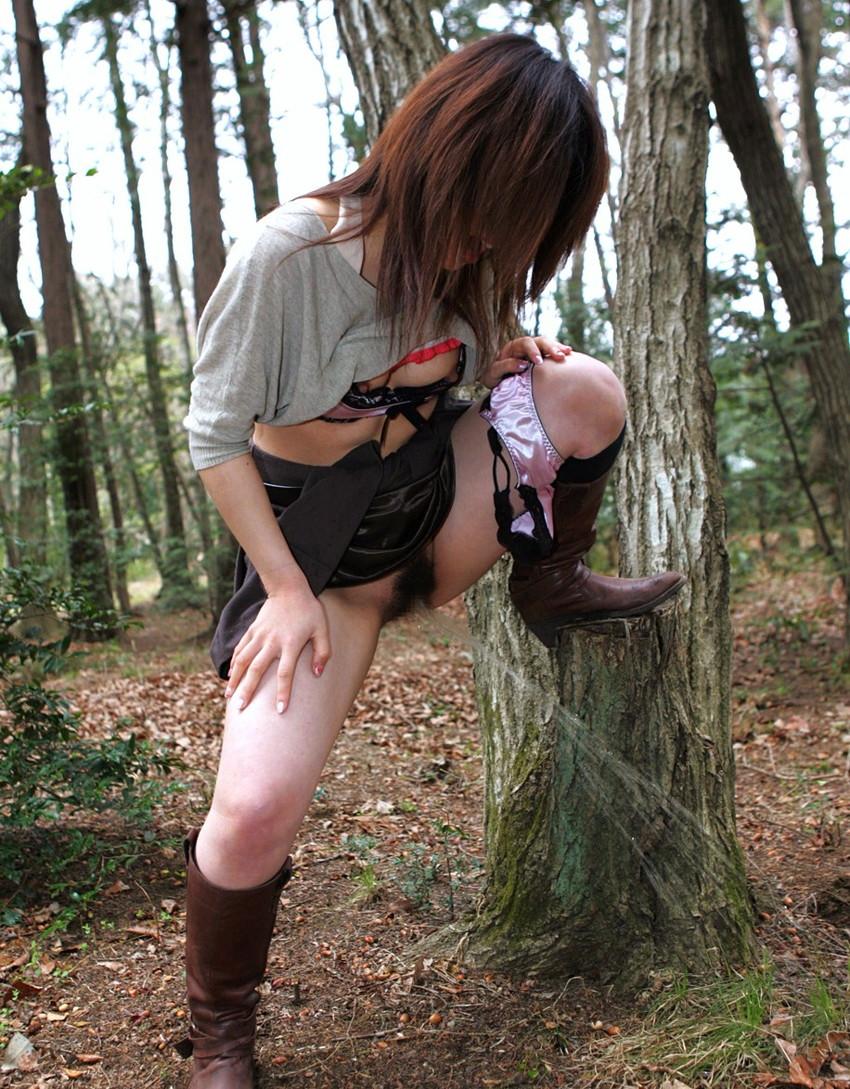【野外放尿エロ画像】素人女性が色んな場所でオシッコを漏らしている画像がエロ過ぎwww 14