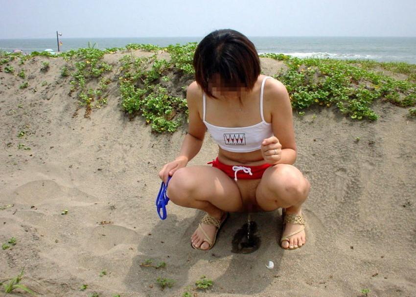 【野外放尿エロ画像】素人女性が色んな場所でオシッコを漏らしている画像がエロ過ぎwww 17