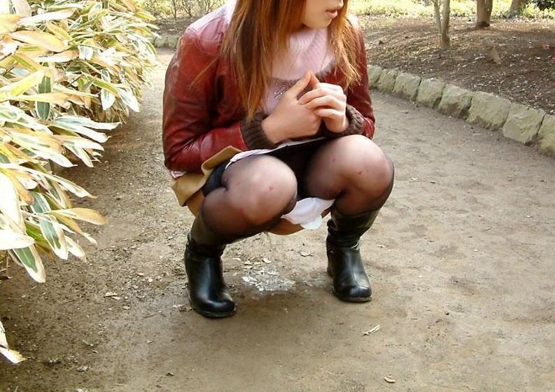 【野外放尿エロ画像】素人女性が色んな場所でオシッコを漏らしている画像がエロ過ぎwww 20