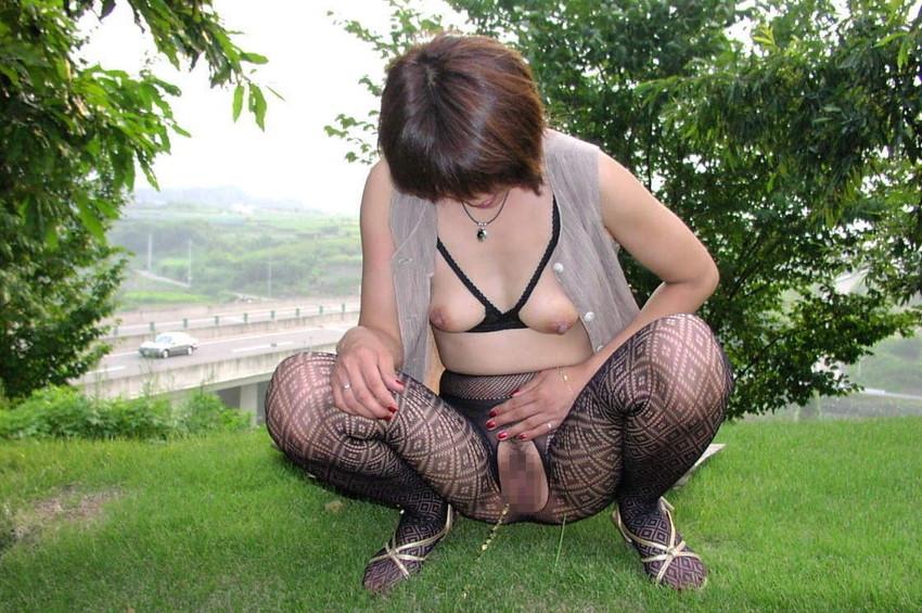 【野外放尿エロ画像】素人女性が色んな場所でオシッコを漏らしている画像がエロ過ぎwww 21