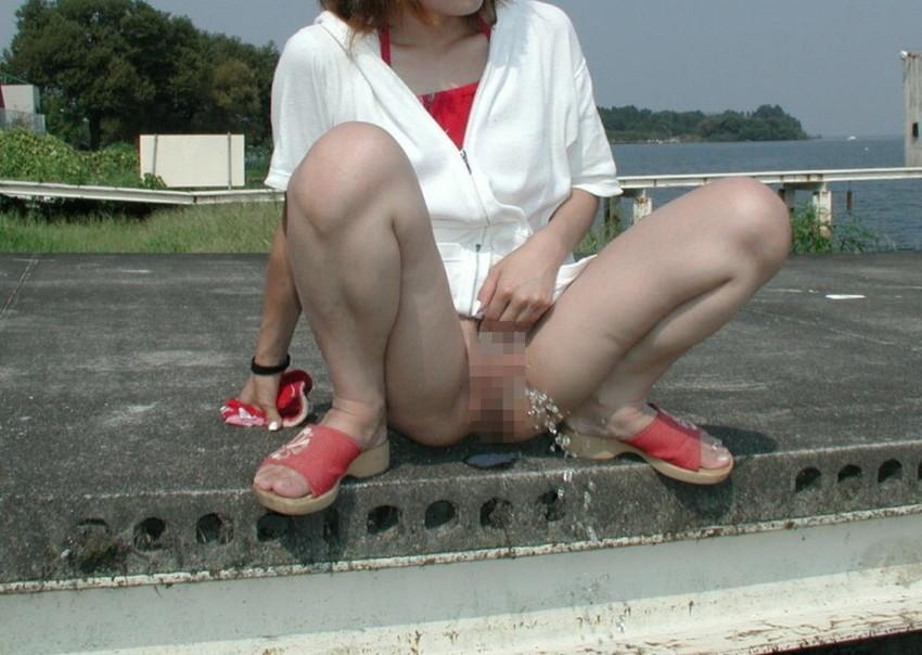 【野外放尿エロ画像】素人女性が色んな場所でオシッコを漏らしている画像がエロ過ぎwww 24