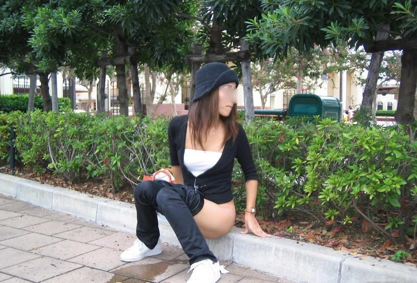 【野外放尿エロ画像】素人女性が色んな場所でオシッコを漏らしている画像がエロ過ぎwww 35
