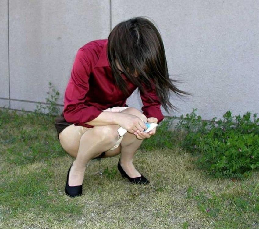 【野外放尿エロ画像】素人女性が色んな場所でオシッコを漏らしている画像がエロ過ぎwww 44