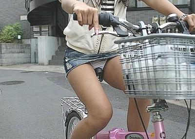 ミニスカで自転車に乗る女のパ○チラが確信犯www(画像40枚)