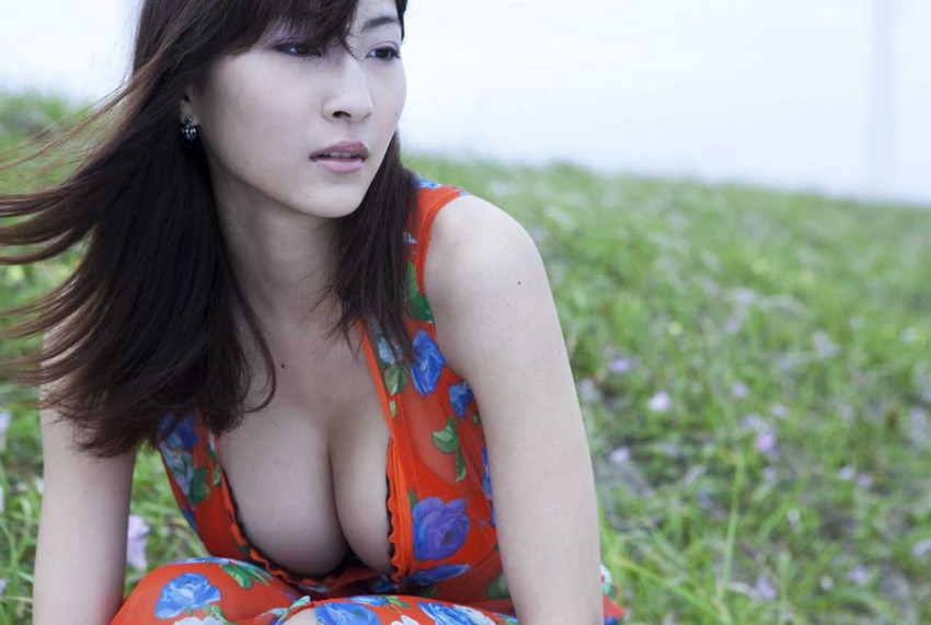【爆乳グラドルエロ画像】護あさなのIカップもある、けしからん乳を鷲掴みにしたいwww 04