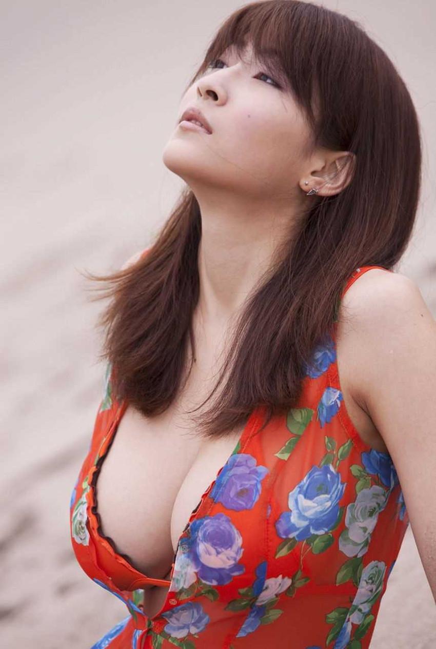 【爆乳グラドルエロ画像】護あさなのIカップもある、けしからん乳を鷲掴みにしたいwww 24