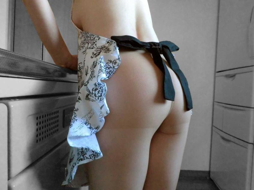 【裸エプロンエロ画像】夢の同棲生活!?裸エプロンのスケベ美女たちwww素人画像も少しあります! 29