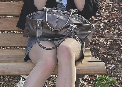 椅子はミニスカのパ○チラ率をUPさせるエ□画像
