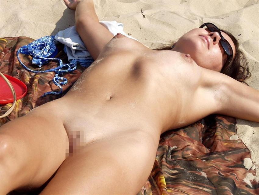 【ヌーディストビーチエロ画像】破廉恥な外人さんの野外露出画像www 35