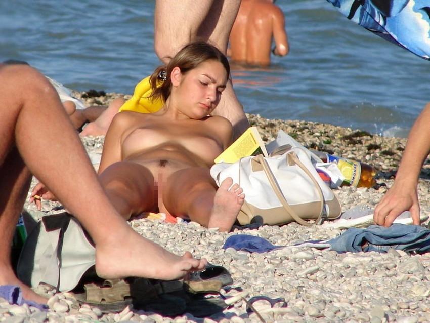 【ヌーディストビーチエロ画像】破廉恥な外人さんの野外露出画像www 43