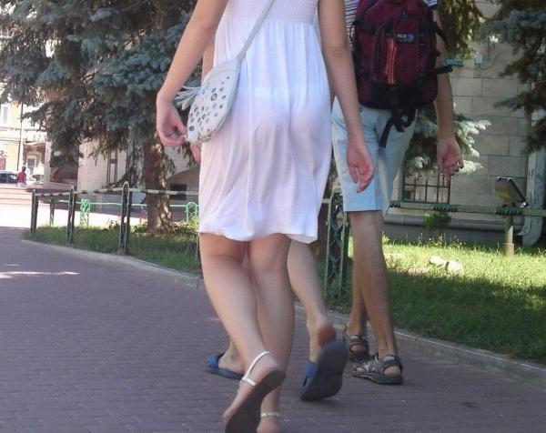 【透けパンエロ画像】素人女性のパンティーラインをこっそり盗撮した結果www 03