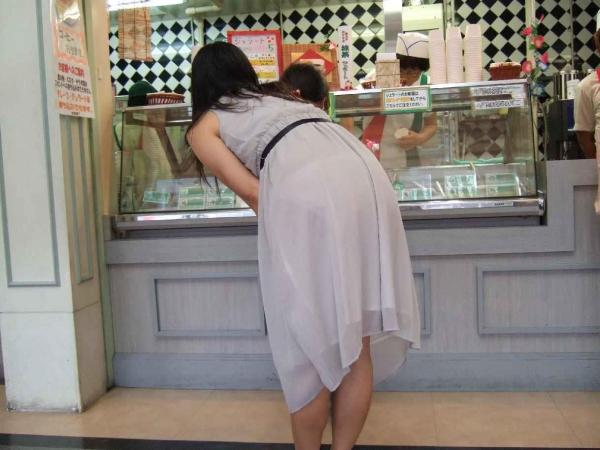 【透けパンエロ画像】素人女性のパンティーラインをこっそり盗撮した結果www 12
