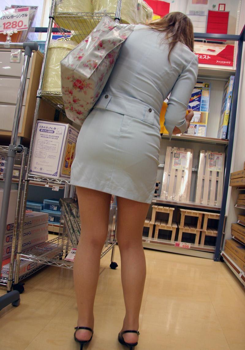 【透けパンエロ画像】素人女性のパンティーラインをこっそり盗撮した結果www 17