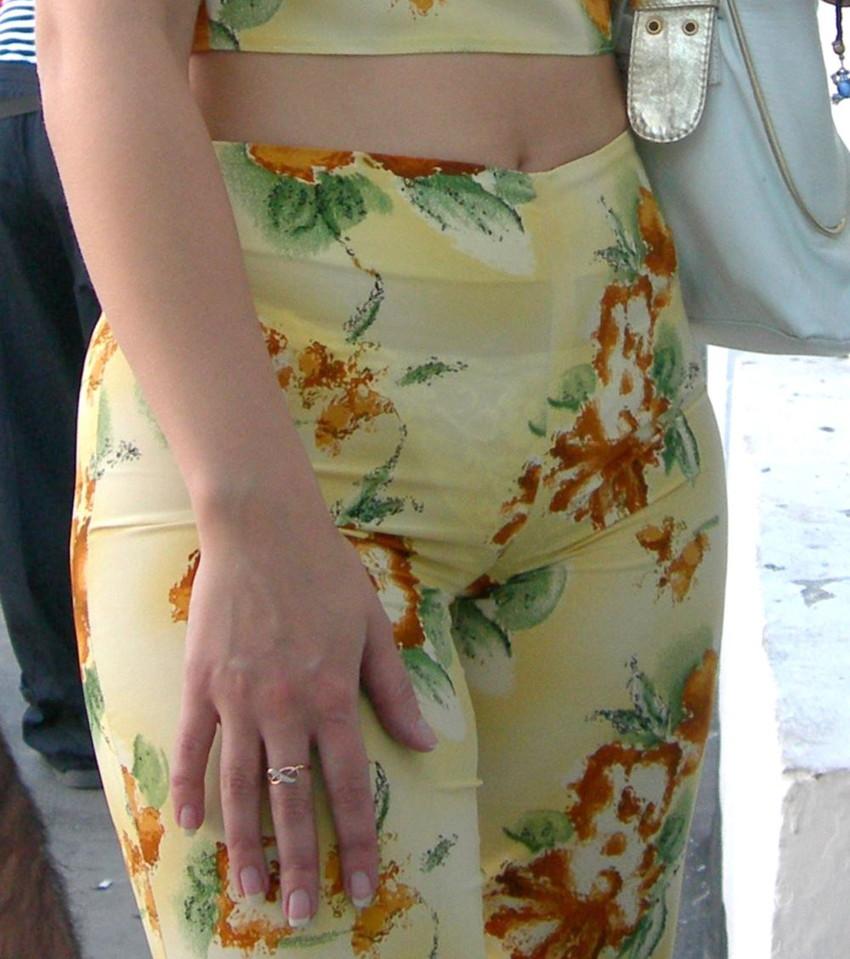 【透けパンエロ画像】素人女性のパンティーラインをこっそり盗撮した結果www 26