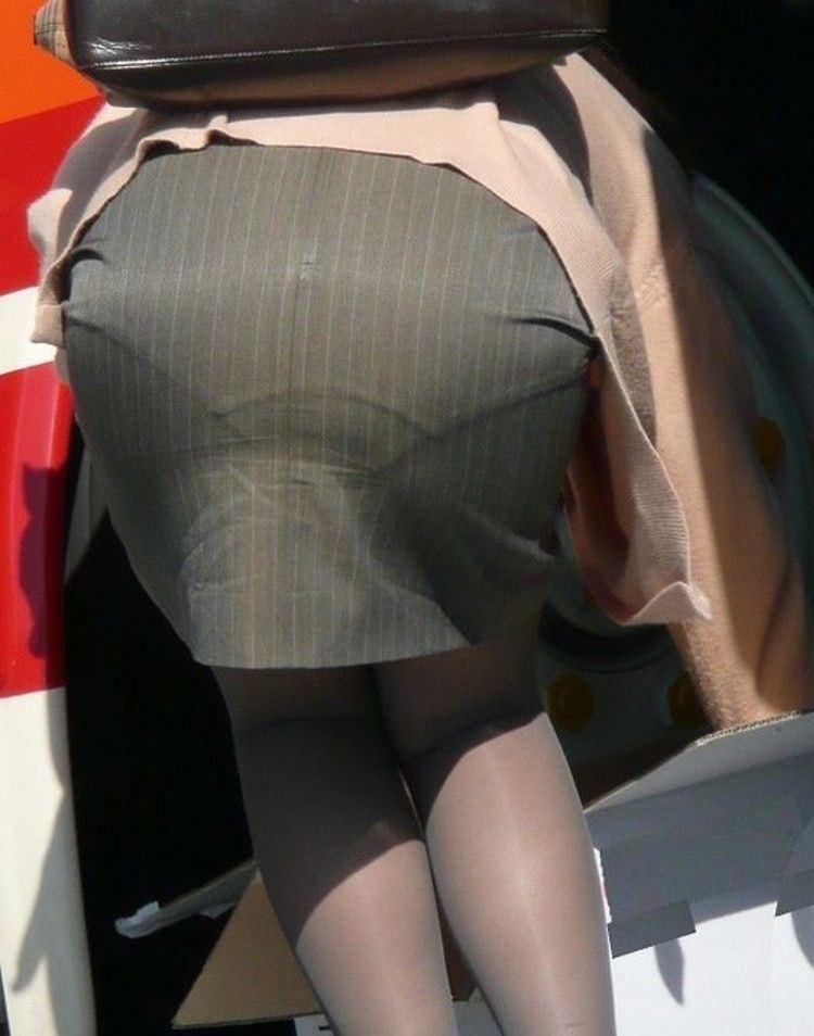 【透けパンエロ画像】素人女性のパンティーラインをこっそり盗撮した結果www 29