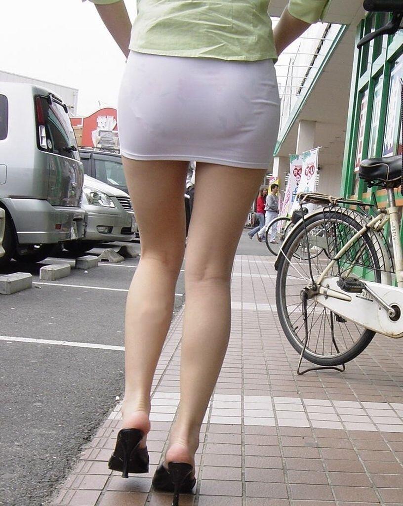 【透けパンエロ画像】素人女性のパンティーラインをこっそり盗撮した結果www 30