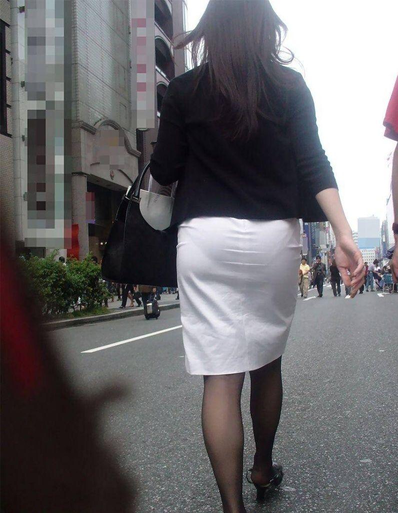 【透けパンエロ画像】素人女性のパンティーラインをこっそり盗撮した結果www 32
