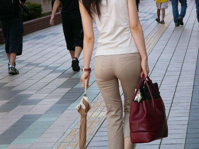 【透けパンエロ画像】素人女性のパンティーラインをこっそり盗撮した結果www 39