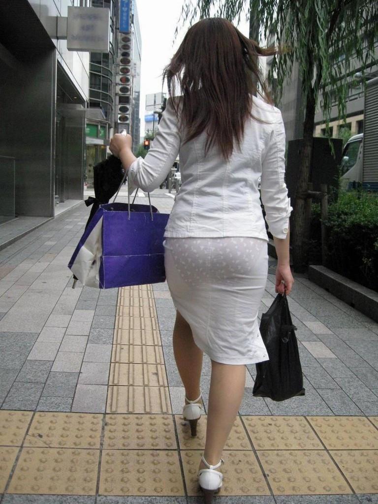 【透けパンエロ画像】素人女性のパンティーラインをこっそり盗撮した結果www 47
