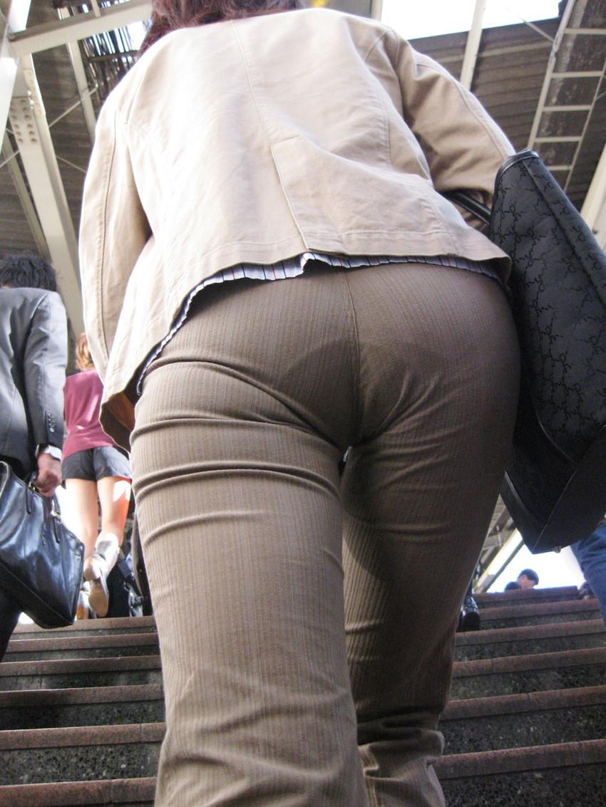 【透けパンエロ画像】素人女性のパンティーラインをこっそり盗撮した結果www 48
