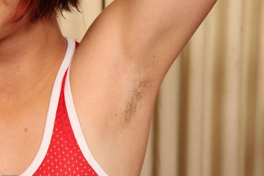 【腋エロ画像】美女たちのジョリジョリ感があったり、毛がぼうぼうの脇フェチ画像www 22