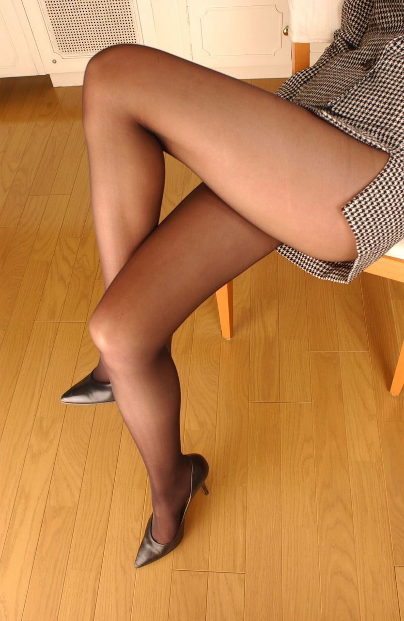 【美脚エロ画像】ヒールを履いた女子限定!ヒールの先で金玉踏まれたいM男集合wwww 07