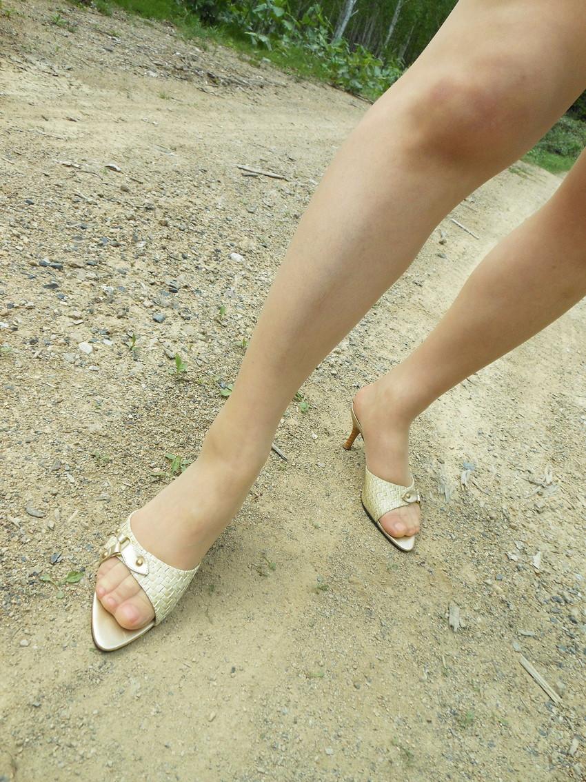 【美脚エロ画像】ヒールを履いた女子限定!ヒールの先で金玉踏まれたいM男集合wwww 20