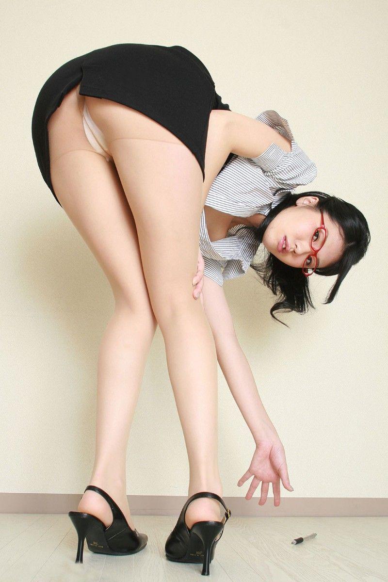 【美脚エロ画像】ヒールを履いた女子限定!ヒールの先で金玉踏まれたいM男集合wwww 50