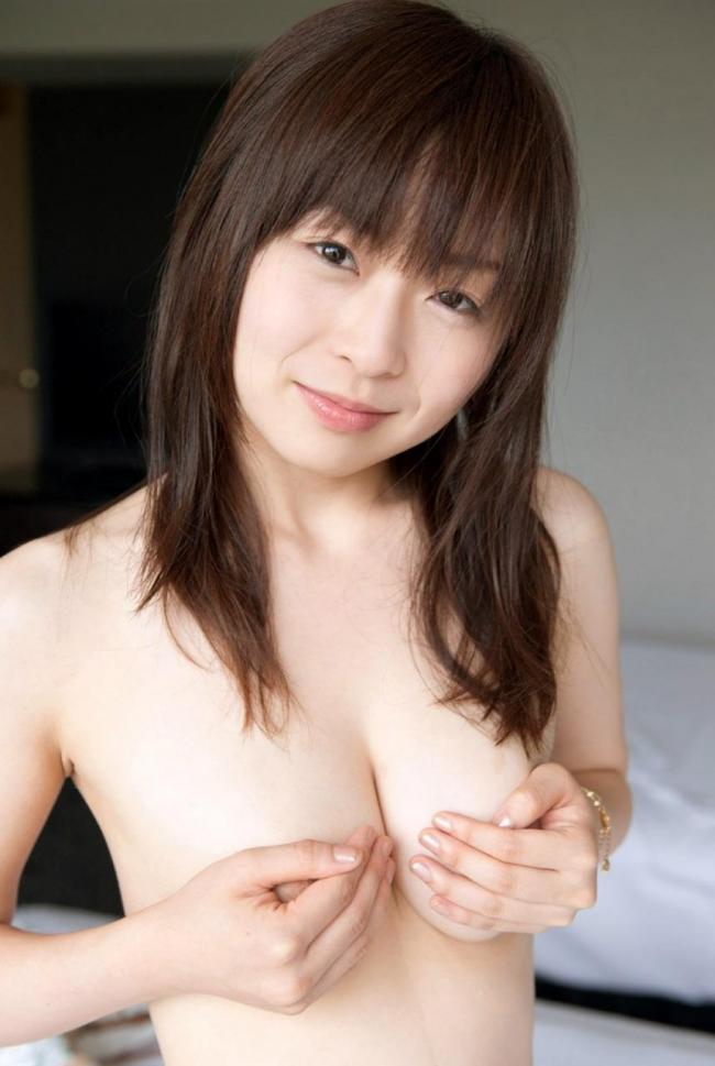 【手ブラエロ画像】乳首やおっぱいを恥ずかしそうに手で隠す美女たちの画像www 08