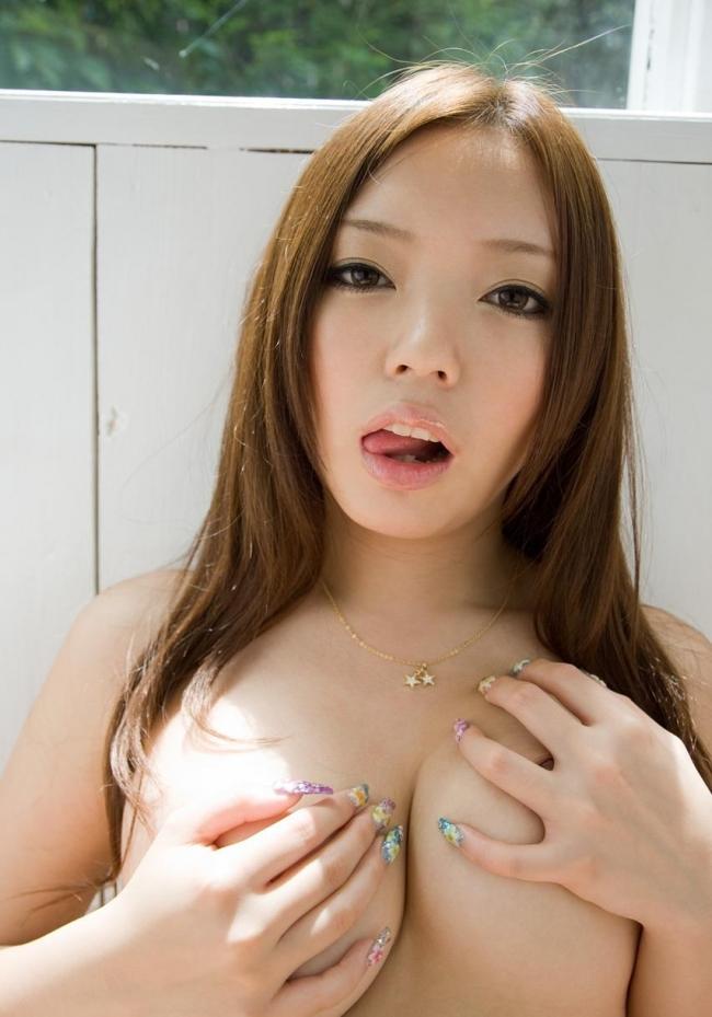 【手ブラエロ画像】乳首やおっぱいを恥ずかしそうに手で隠す美女たちの画像www 09