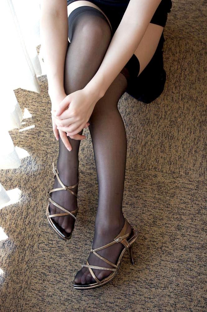 【ストッキングエロ画像】思わず臭いを嗅いだり、舐めたくなる美脚ストッキング画像wwww 50