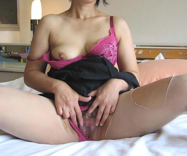 【マンコくぱぁエロ画像】膣内のサーモンピンクが丸見え状態なおっぴろげ画像www 48
