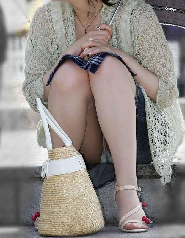 【パンチラエロ画像】おマンコのもっこり具合がよくわかる、しゃがみパンチラ画像www 16