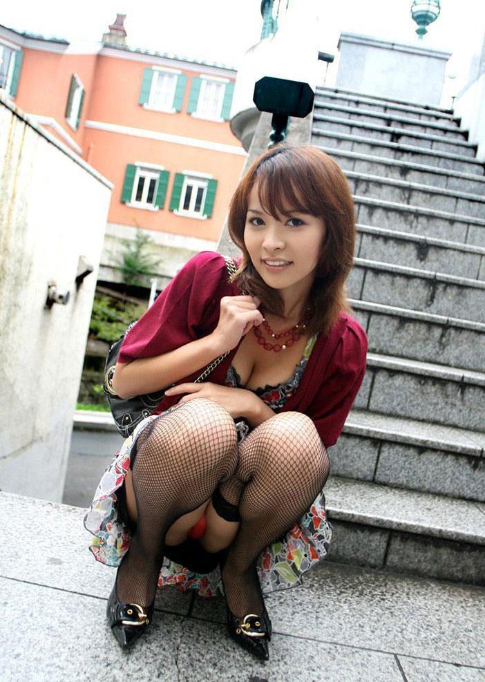 【パンチラエロ画像】おマンコのもっこり具合がよくわかる、しゃがみパンチラ画像www 17