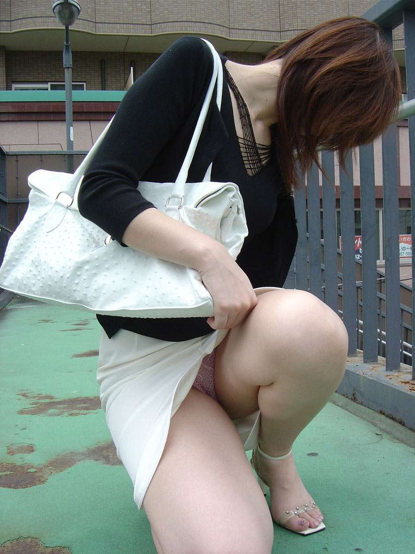 【パンチラエロ画像】おマンコのもっこり具合がよくわかる、しゃがみパンチラ画像www 26