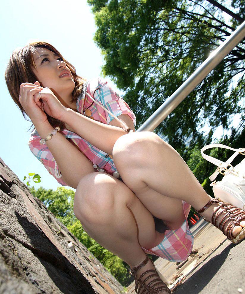 【パンチラエロ画像】おマンコのもっこり具合がよくわかる、しゃがみパンチラ画像www 38