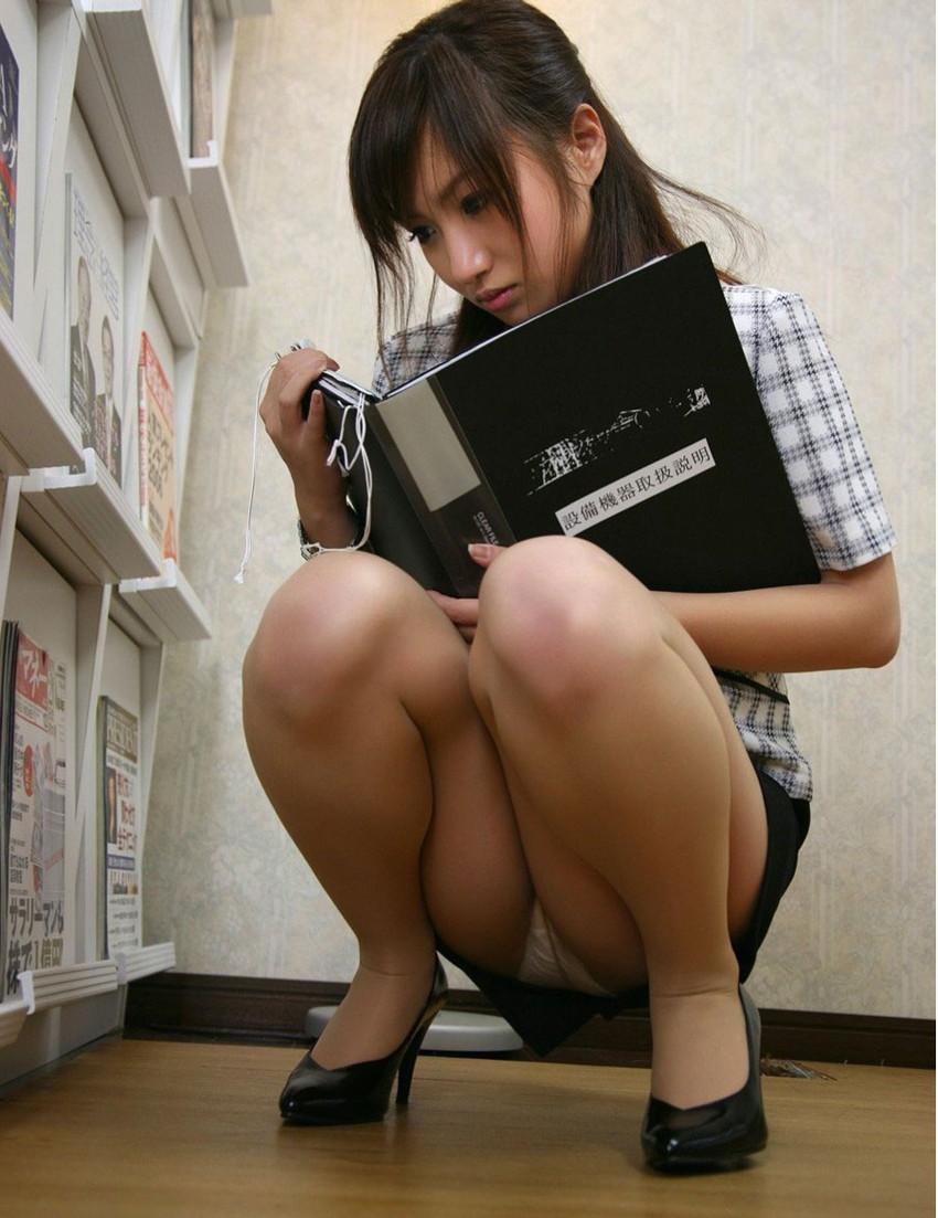 【パンチラエロ画像】おマンコのもっこり具合がよくわかる、しゃがみパンチラ画像www 39