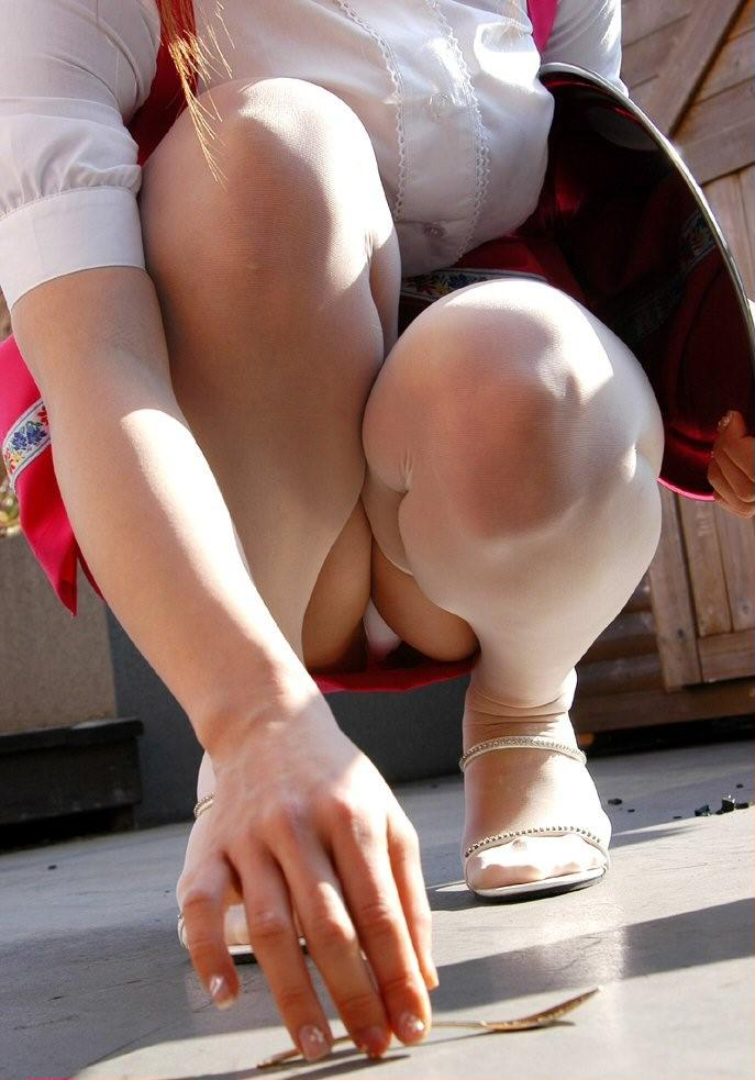 【パンチラエロ画像】おマンコのもっこり具合がよくわかる、しゃがみパンチラ画像www 43