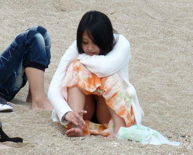 【パンチラエロ画像】おマンコのもっこり具合がよくわかる、しゃがみパンチラ画像www 49