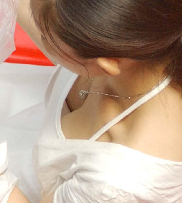 【パイチラエロ画像】おっぱいポロリしそうな、胸チラパイチラ画像www 06