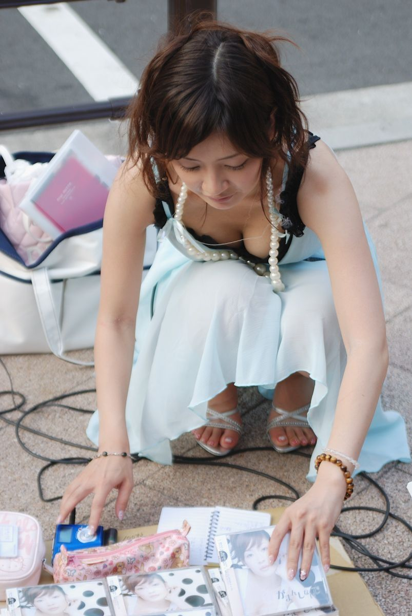 【パイチラエロ画像】おっぱいポロリしそうな、胸チラパイチラ画像www 47