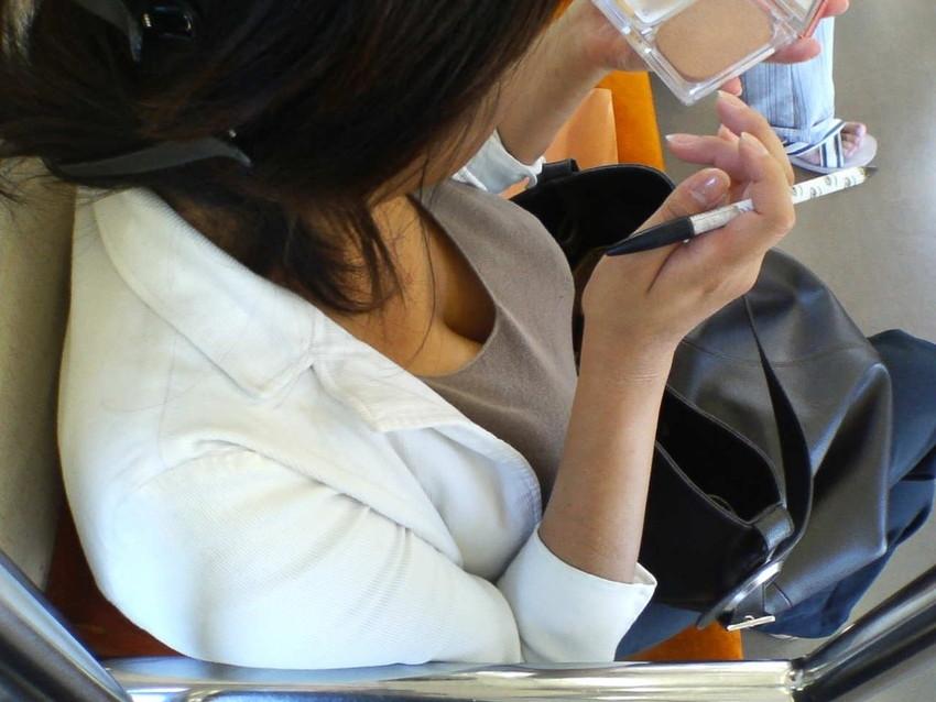 【パイチラエロ画像】おっぱいポロリしそうな、胸チラパイチラ画像www 50