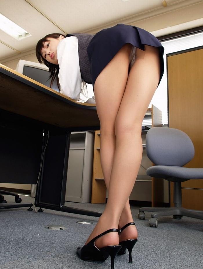 【OLエロ画像】会社の同僚が、パンチラや胸チラで妙に挑発してくるんだがwww